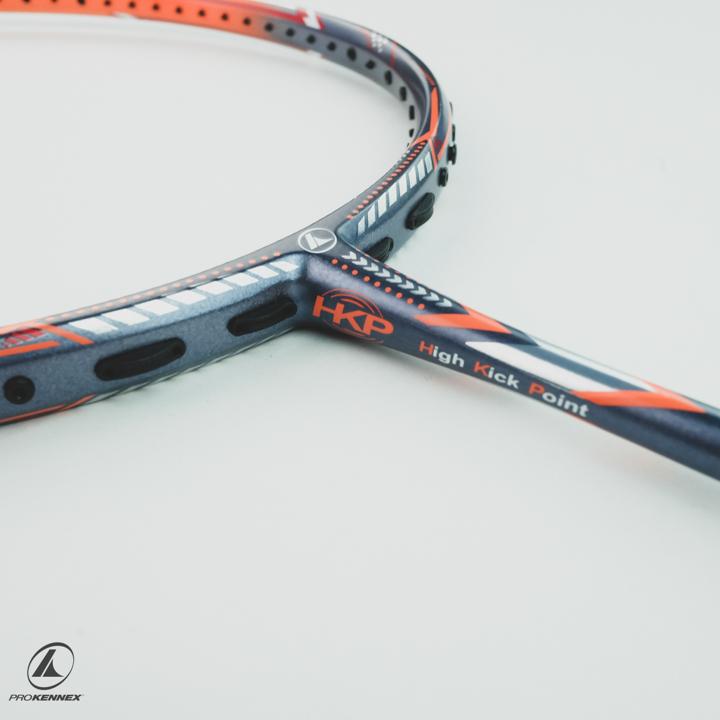 Tiến hành loại bỏ dây cũ trên vợt cầu lông của bạn
